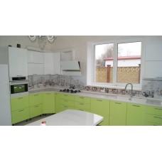Кухня с кварцевой мойкой под окном